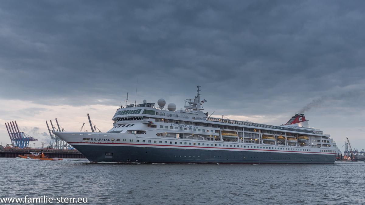Das Kreuzfahrtschiff Barmer beim Einlaufen in den Hamburger Hafen