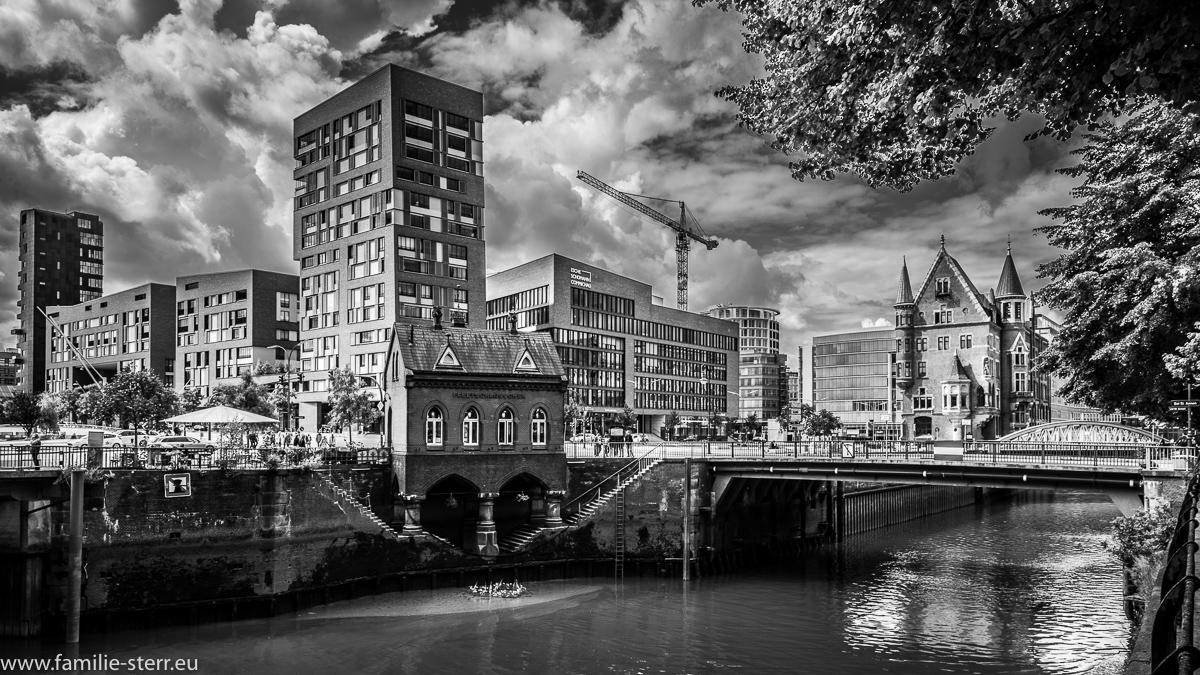 Speicherstadt Hamburg mit Blick Richtung Hafen - City in schwarz - weiß