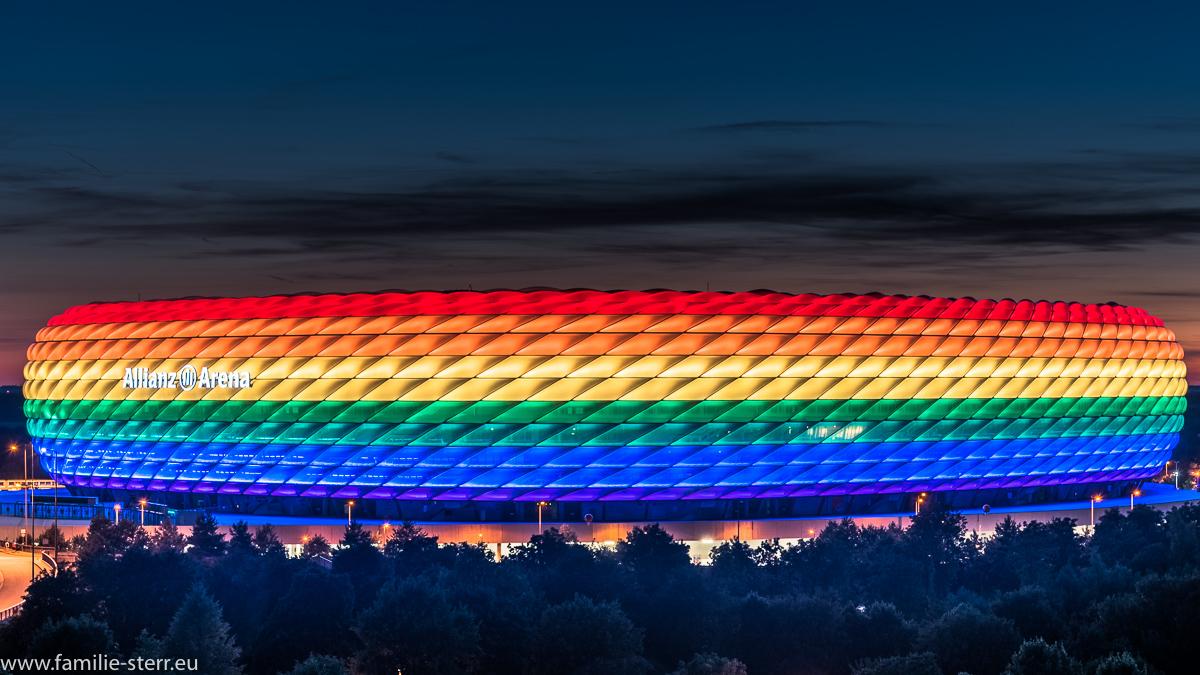 Allianz Arena am Christopher Street Day in Regenbogenfarben / aufgenommen vom Fröttmaninger Berg