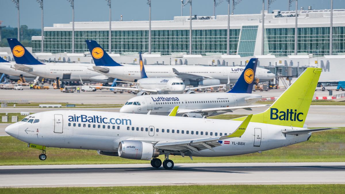 Urlaubsflieger AirBaltic am Flughafen München