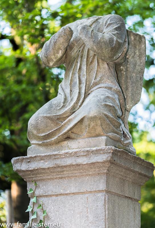 Engelsfigur ohne Kopf / Grabmal am Alten Nordfriedhof in München