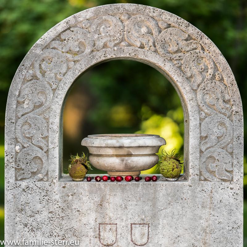 Grabstein mit ungewöhnlicher Dekoration / Alter Nordfriedhof in München