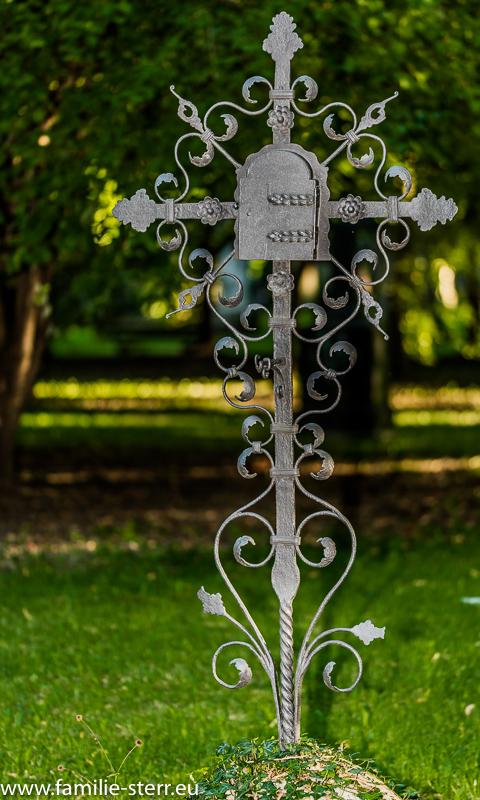 Schmiedeeisernes Kreuz am Alten Nordfriedhof / München
