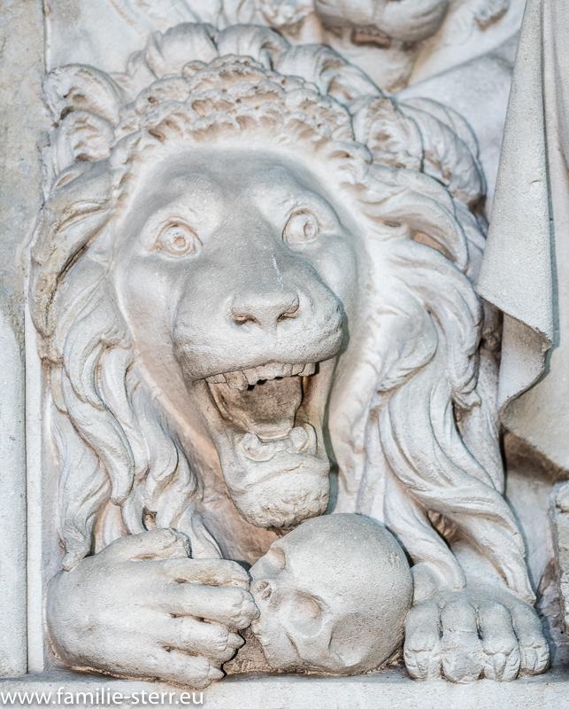 Löwenfigur / Relief an einem Brunnen an der Friedhofsmauer / Alter Nordfriedhof München