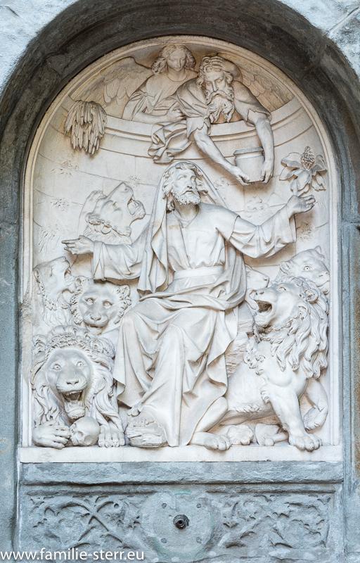 Relief an einem Brunnen an der Friedhofsmauer / Alter Nordfriedhof München
