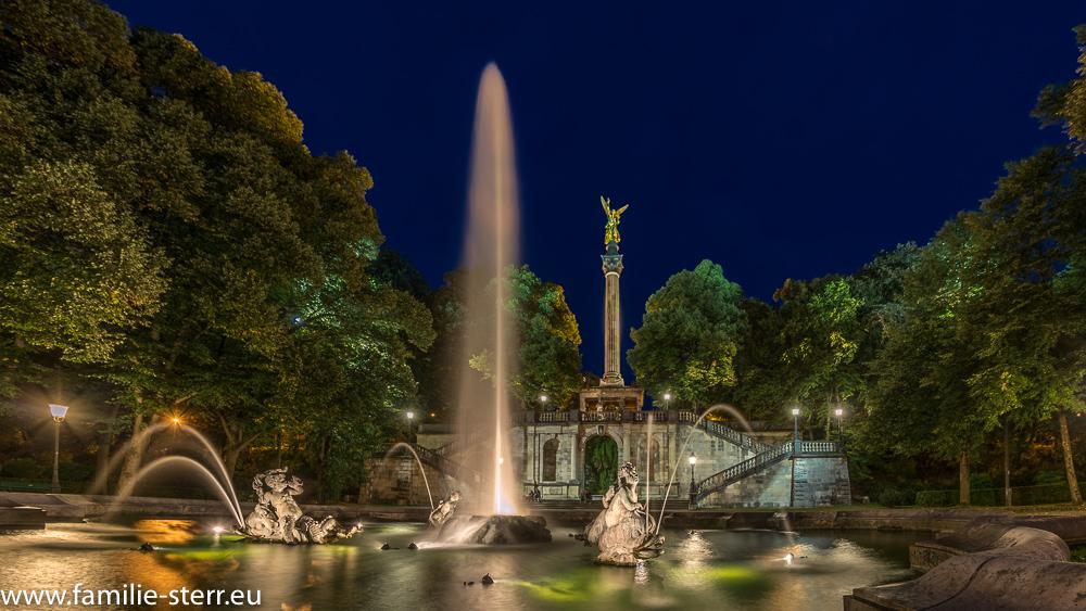 Der Friedensengel in München, Blick von unten mit dem Brunnen hoch zur Säule am späten Abend