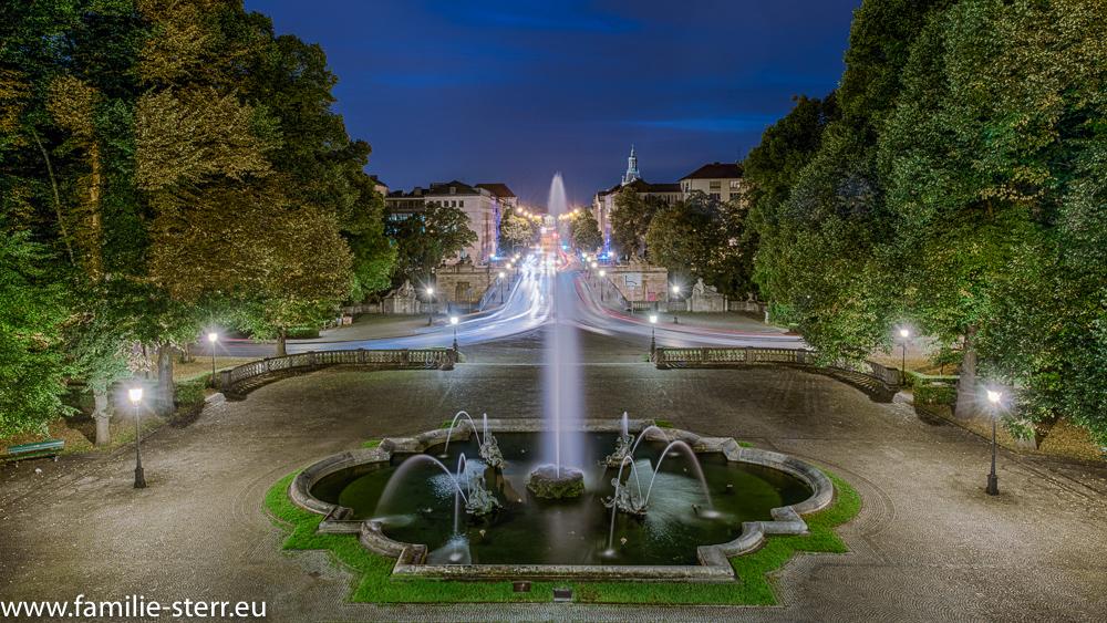 Blick vom Friedensengel über den Brunnen in die nächtliche Prinzregentenstraße