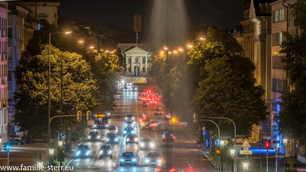 Das Prinz-Carl-Palais am Ende der nächtlichen Prinzregentenstraße