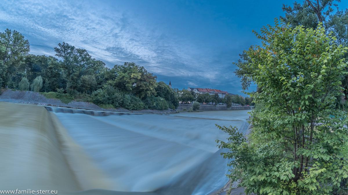 An der Isar - Wasserstufe bei der Maximiliansbrücke in München bei Hochwasser