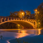 Maximiliansbrücke München zur blauen Stunde bei Hochwasser