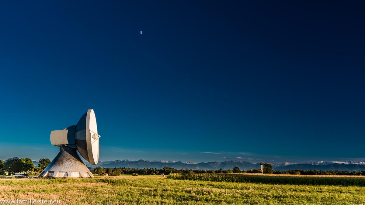 Parabolantenne, Kirche und Mond vor der Aalenkette mit der Zuspitze / Erdfunkstelle Raisting