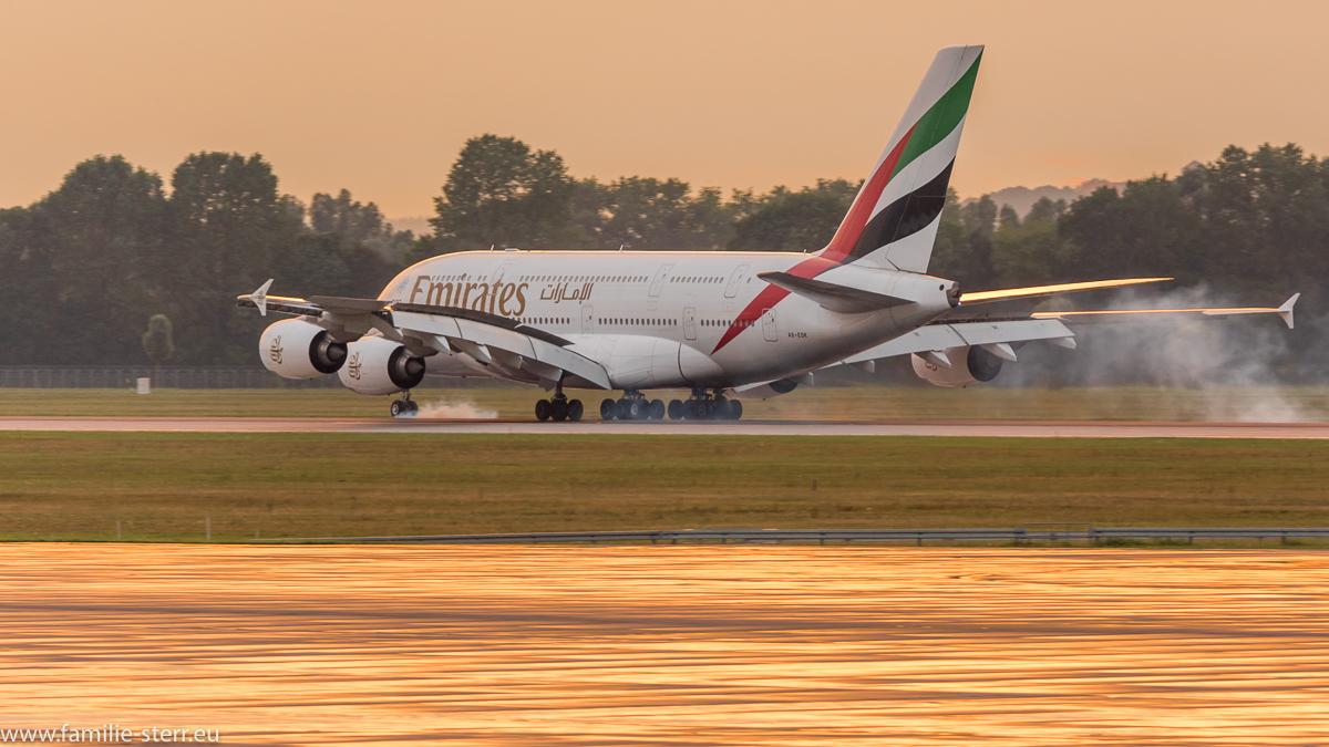 Emirates A380-861 A6-EDK bei der Landung im Sonnenuntergang auf der nördlichen Landebahn in München