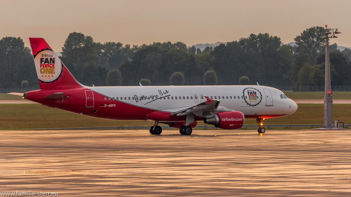 """AirBerlin Airbus A320-214 D-ABFK """"Bitburger FanForce One"""" Livree auf dem Weg durch den Sonnenuntergang zum Start auf der nördlichen Startbahn am Flughafen München"""