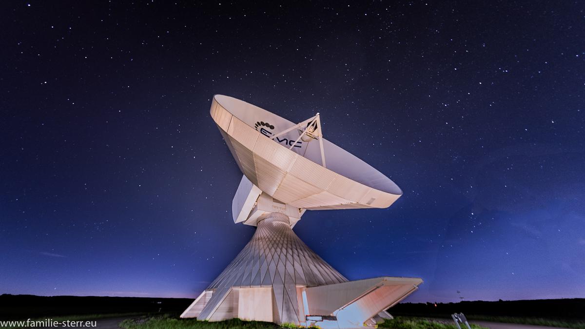 Sternenhimmel hinter einer Parabolantenne an der Erdfunkstelle Raisting
