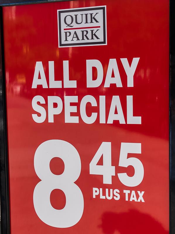 """Schild """"All Day Special"""" - Parkgebühren in New York"""