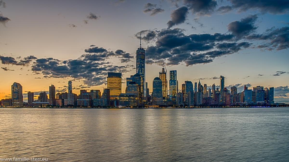 Sonnenaufgang über Downtown Manhattan / Skyline