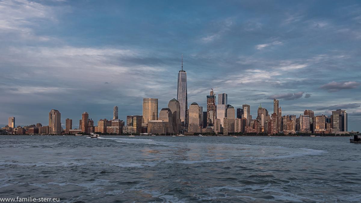 Die Skyline von Downtown Manhattan am späten Nachmittag