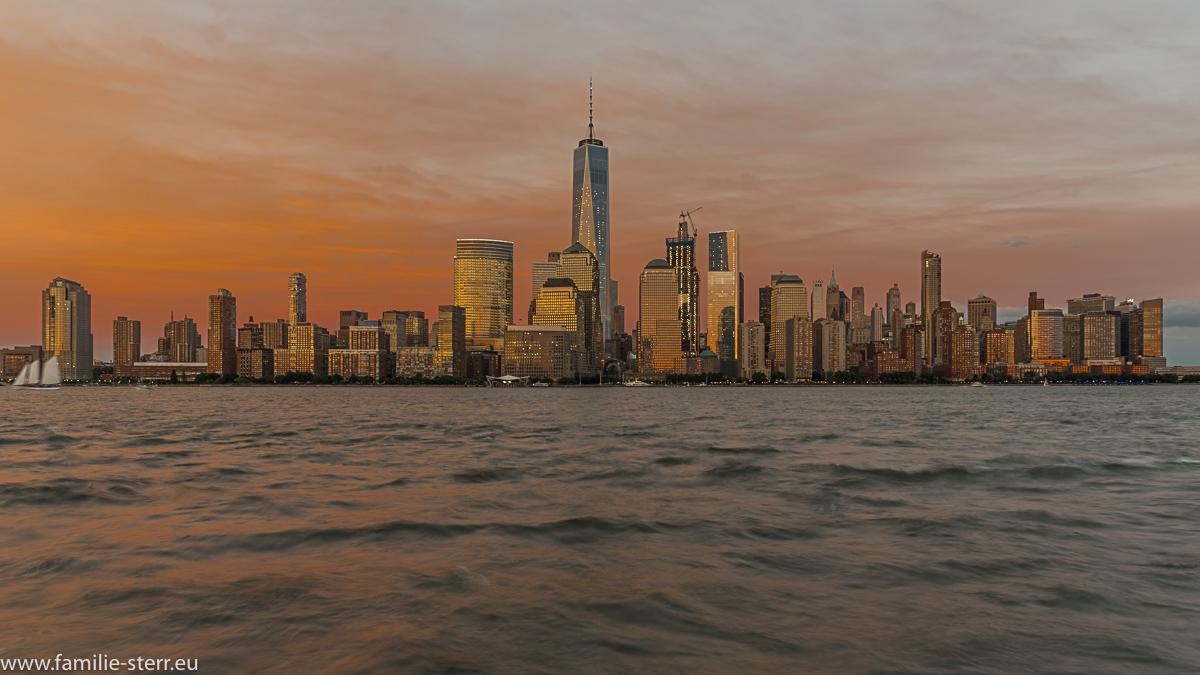 Die Skyline von Downtown Manhattan im Abendrot