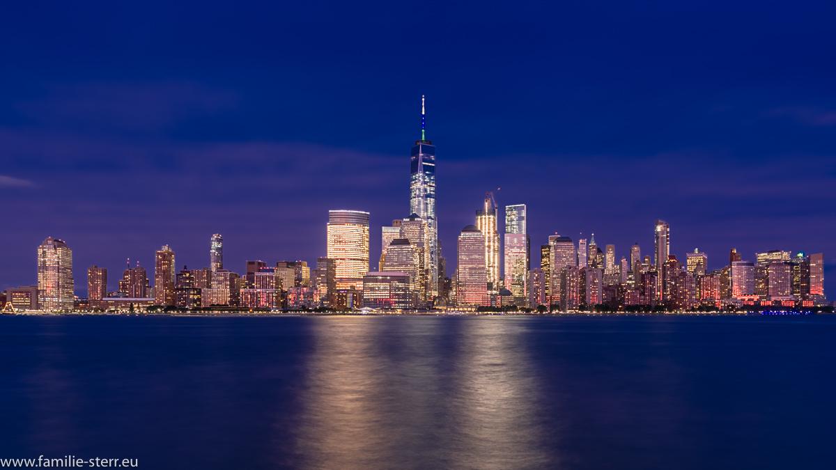 Skyline von Downtown Manhattan zur blauen Stunde