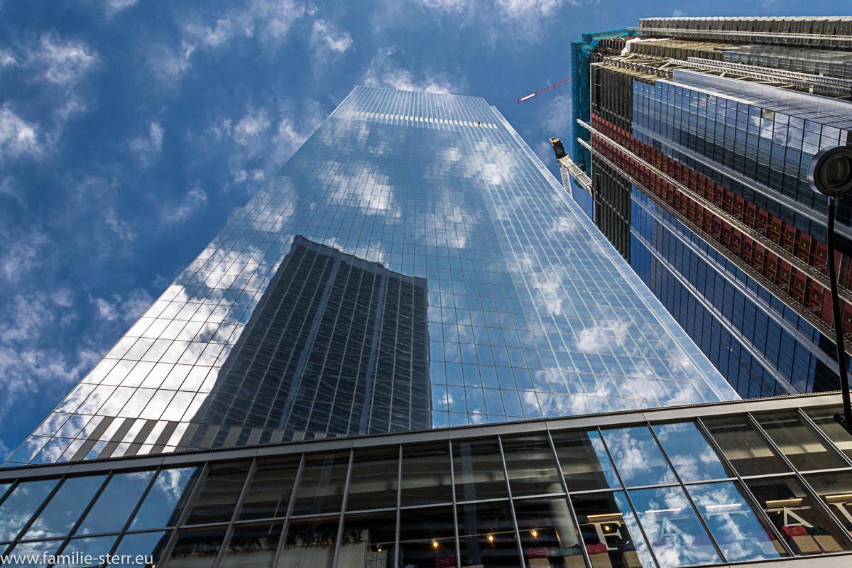 Wolken spiegeln sich in der Fassade des Freedom Tower