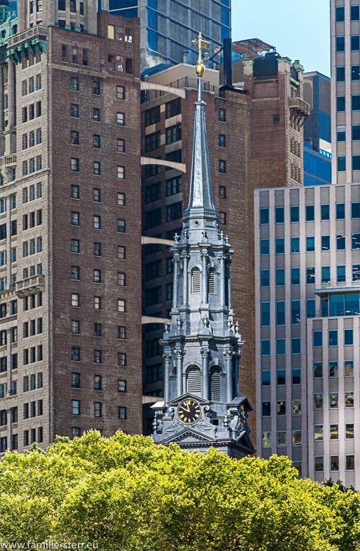 Kirchturm zwischen Wolkenkratzern in Downtown Manhattan