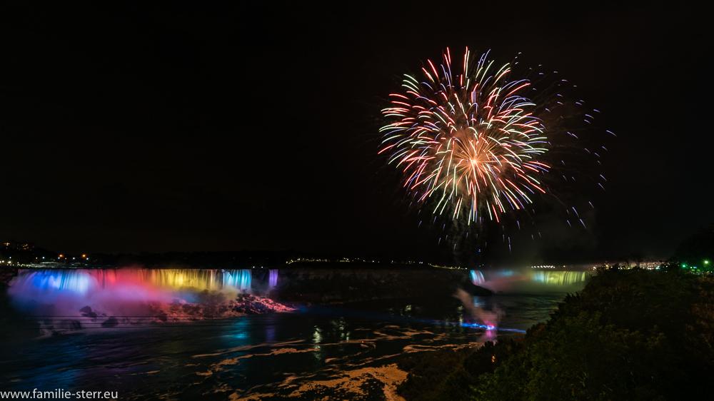 Feuerwerk zwischen den beiden beleuchteten Niagara - Fällen