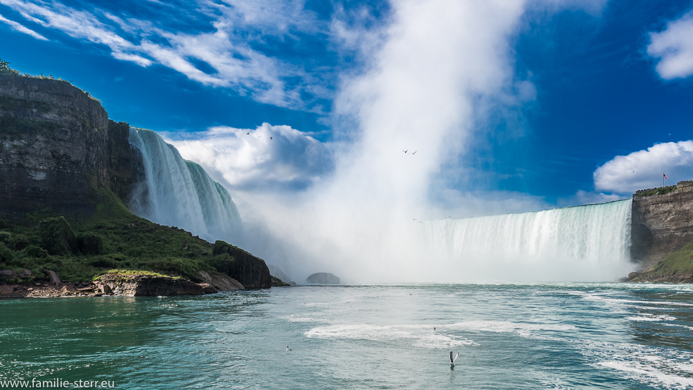 Der kanadische Teil der Niagarafälle vom Hornblower - Cruises - Schiff aus