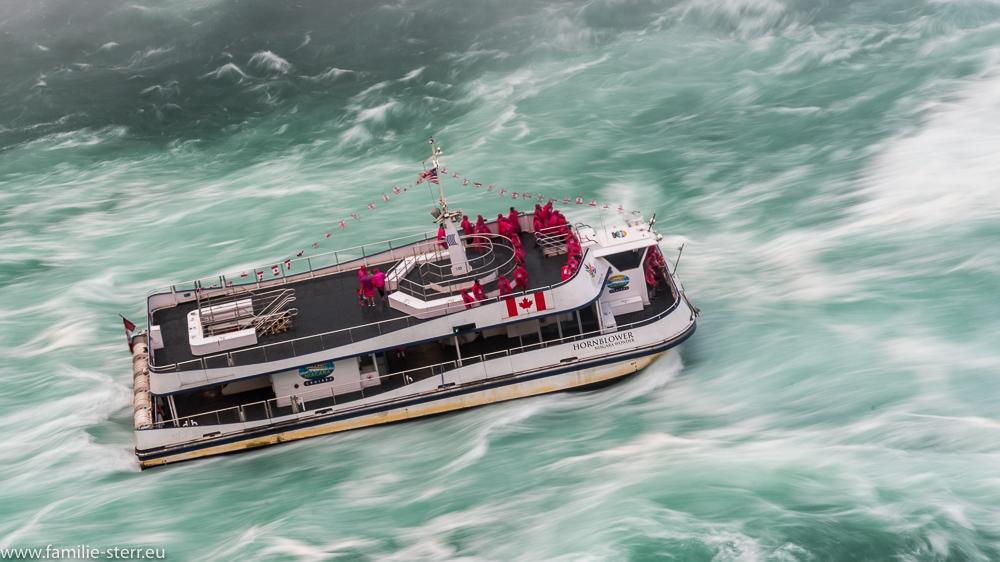 Ausflugsboot der Hornblower Cruises an den Niagarafällen