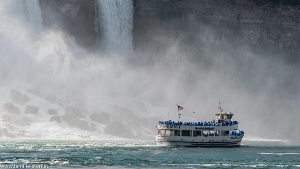 """Ausflugsboot """"Maid of the Mist"""" vor dem US - amerikanischen Teil der Niagarafälle"""