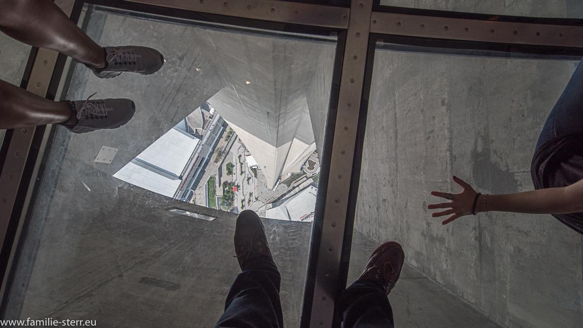 Selfie auf dem Glasboden des CN - Tower in Toronto