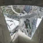 Blick durch den Glasboden in der Aussichtskanzel des CN - Tower in Toronto