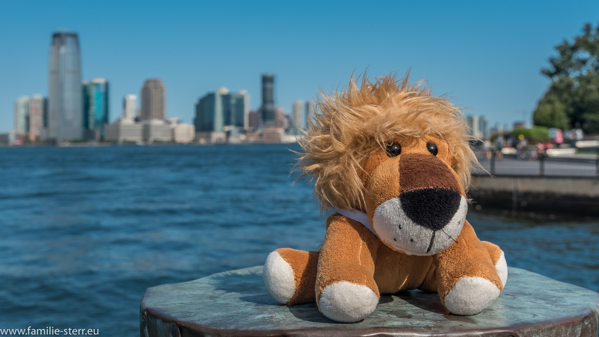 Löwe Leopold vor der Skyline von Jersey City im Battery Park / Manhattan