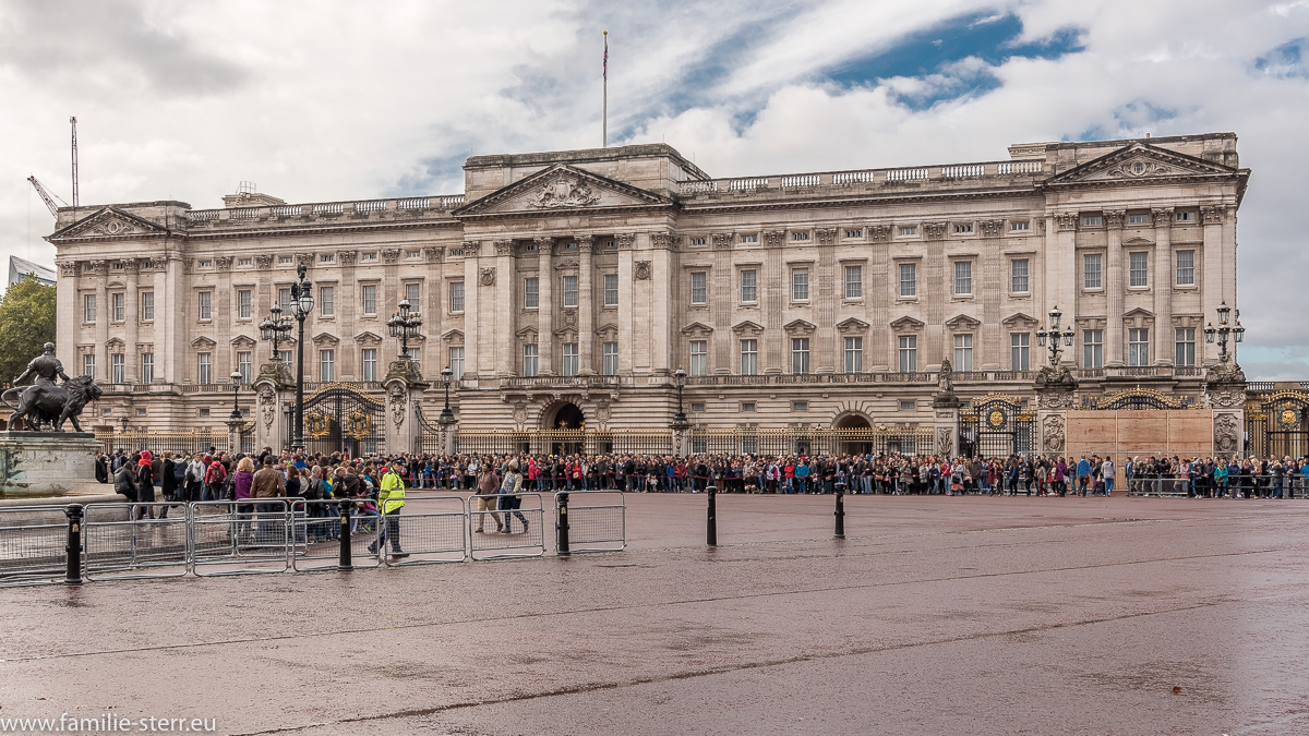 Der Buckingham - Palast an einem Herbsttag vor Beginn der Wachablösung