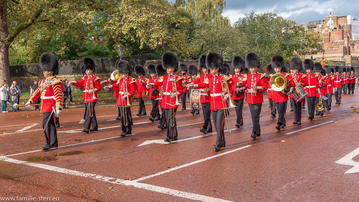 Ein Wachtrupp auch dem Weg zur Wachablösung am Buckingham Palast