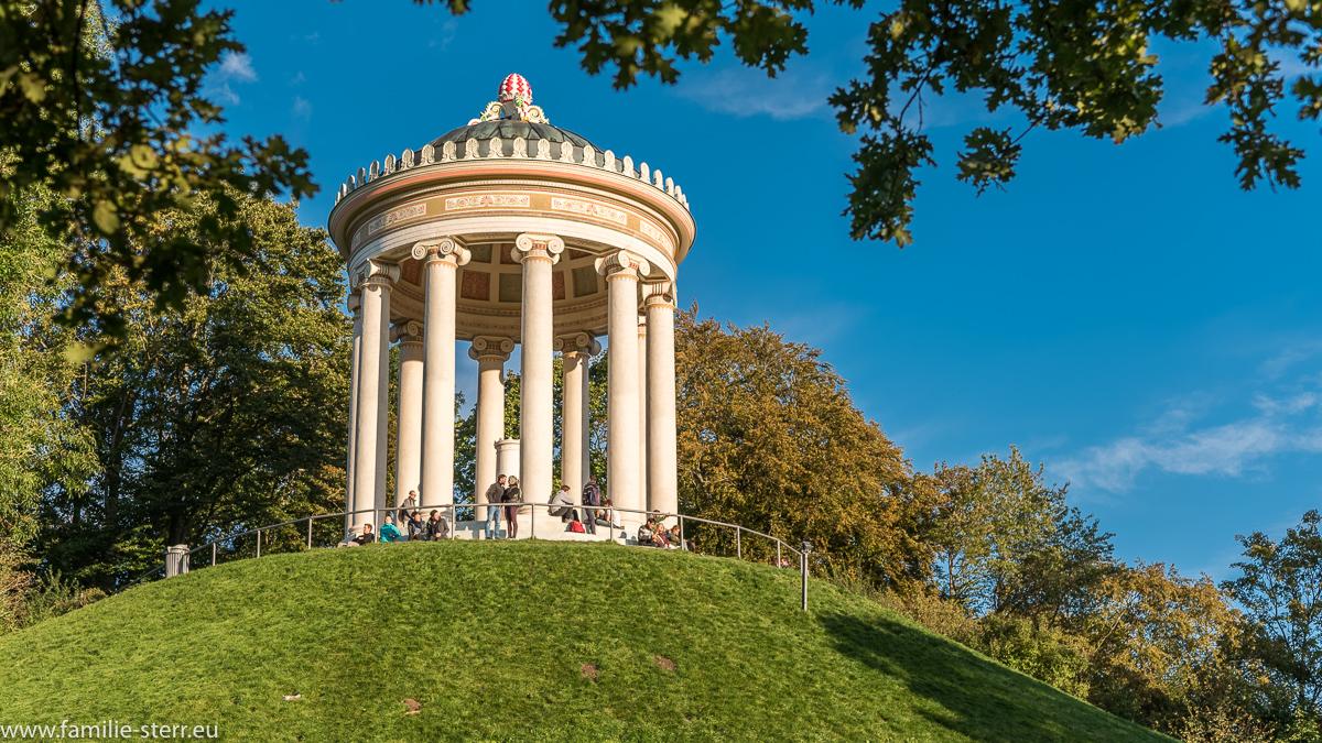 Der frisch renovierte Monopteros im herbstlichen Abendlich im Englischen Garten in München