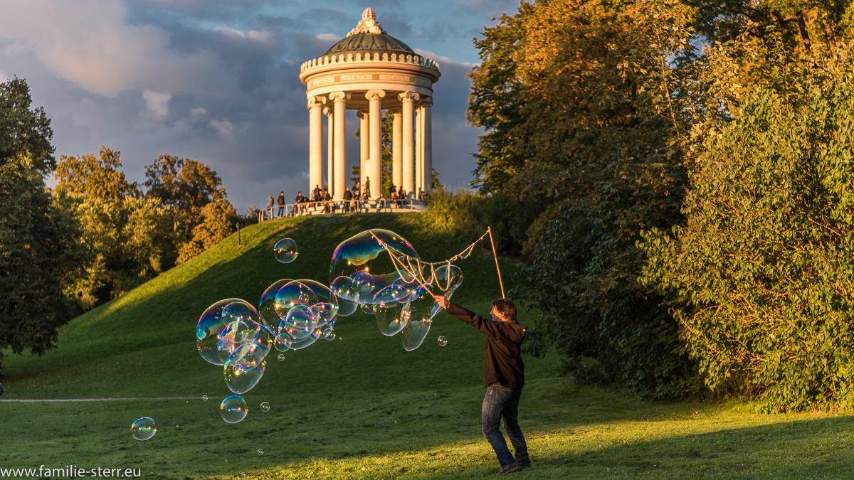 Riesen - Seifenblasen vor dem Monopteros im Englischen Garten in München