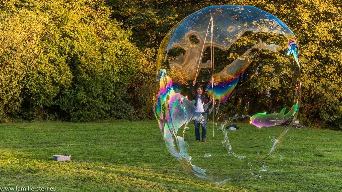 zerplatzende Riesen - Seifenblase vor dem Monopteros im Englischen Garten in München