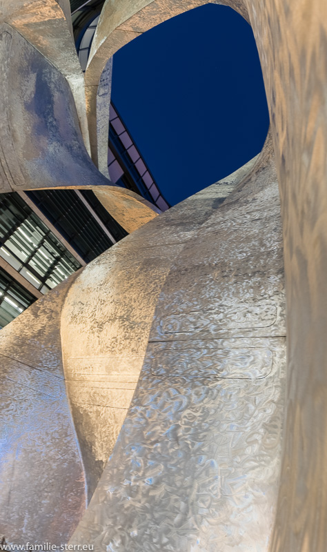 """Skulptur """"The Wings"""" von Daniel Liebeskind vor der Siemens - Firmenzentrale in München"""