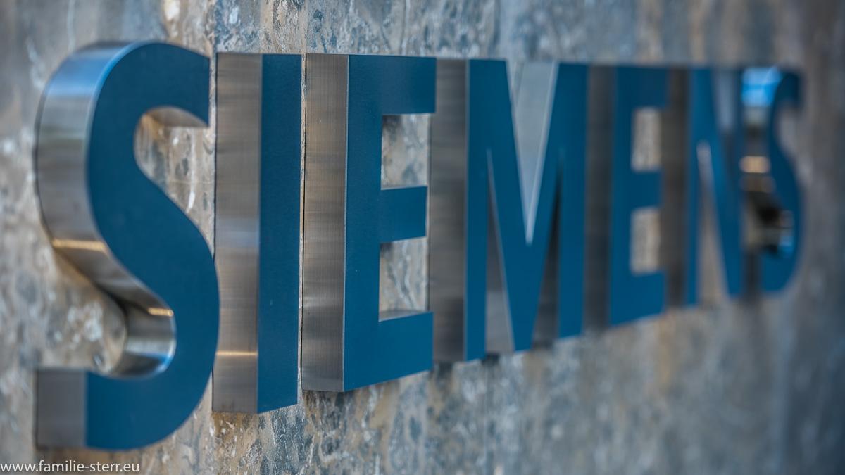 """""""Siemens"""" - Schriftzug am Eingang zur neuen Siemens - Firmenzentrale in München"""