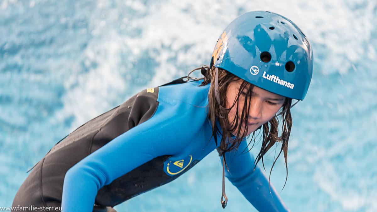 junge Surferin auf der stehenden Welle beim Surf & Style im Munich Airport Center