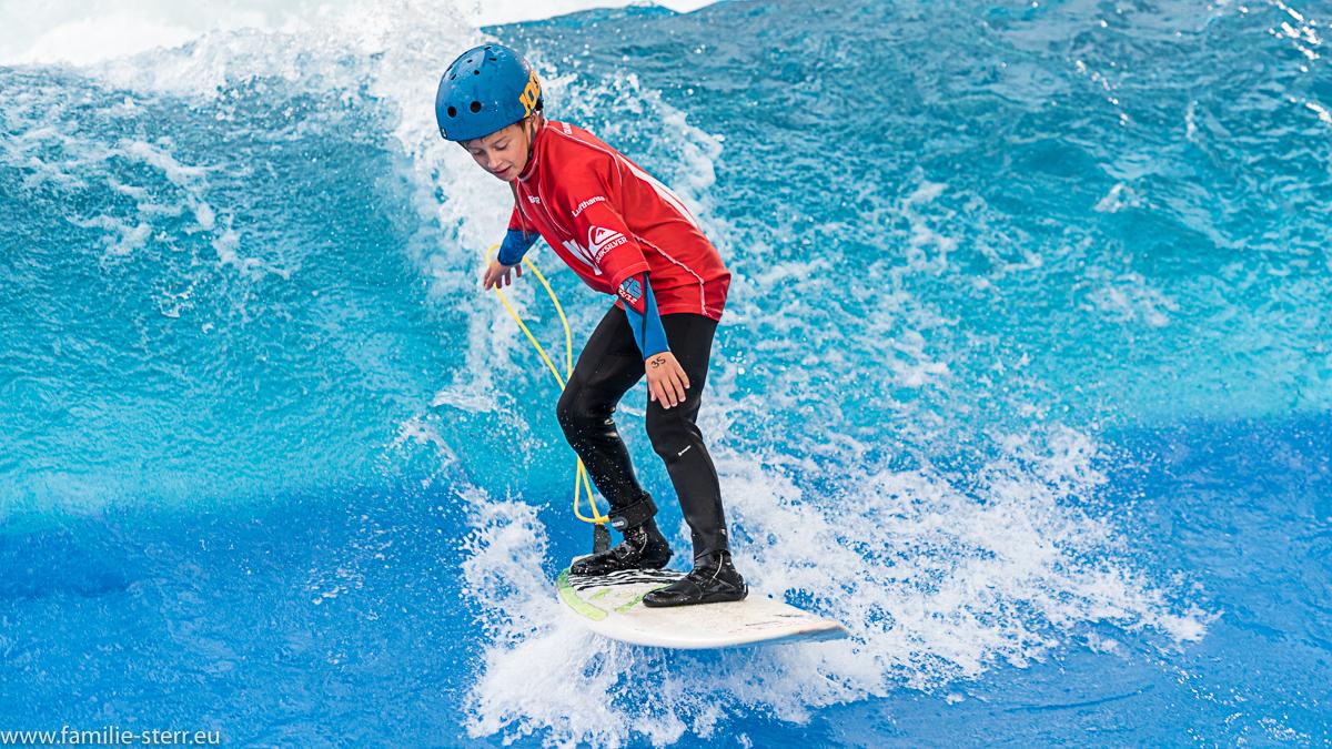 junger Surfer auf der stehenden Welle beim Surf & Style im Munich Airport Center