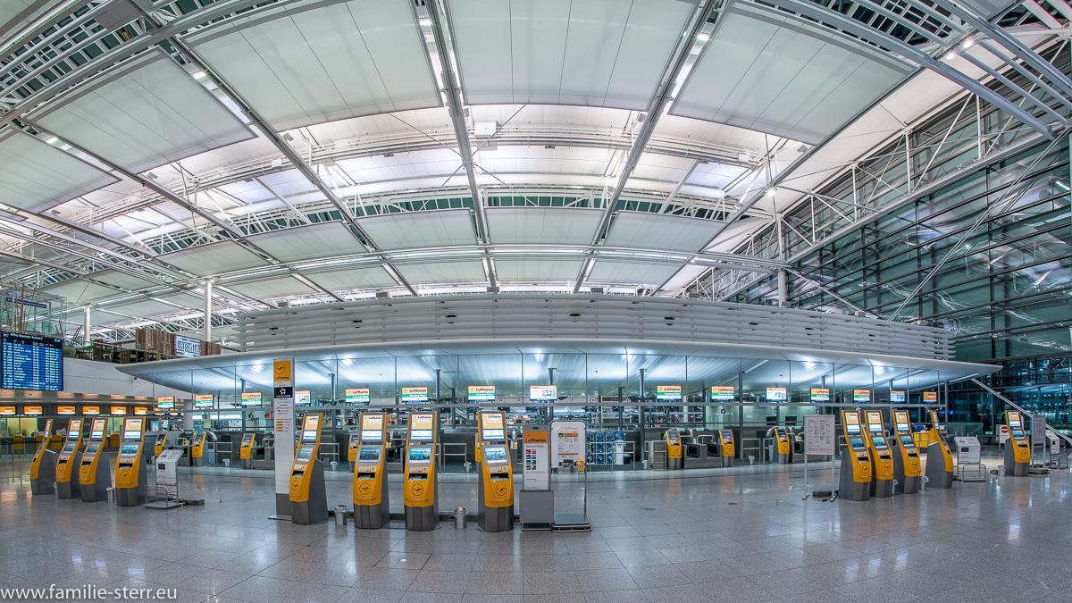 Lufthansa - Check - In - Bereich im Terminal 2 des Münchner Flughafens