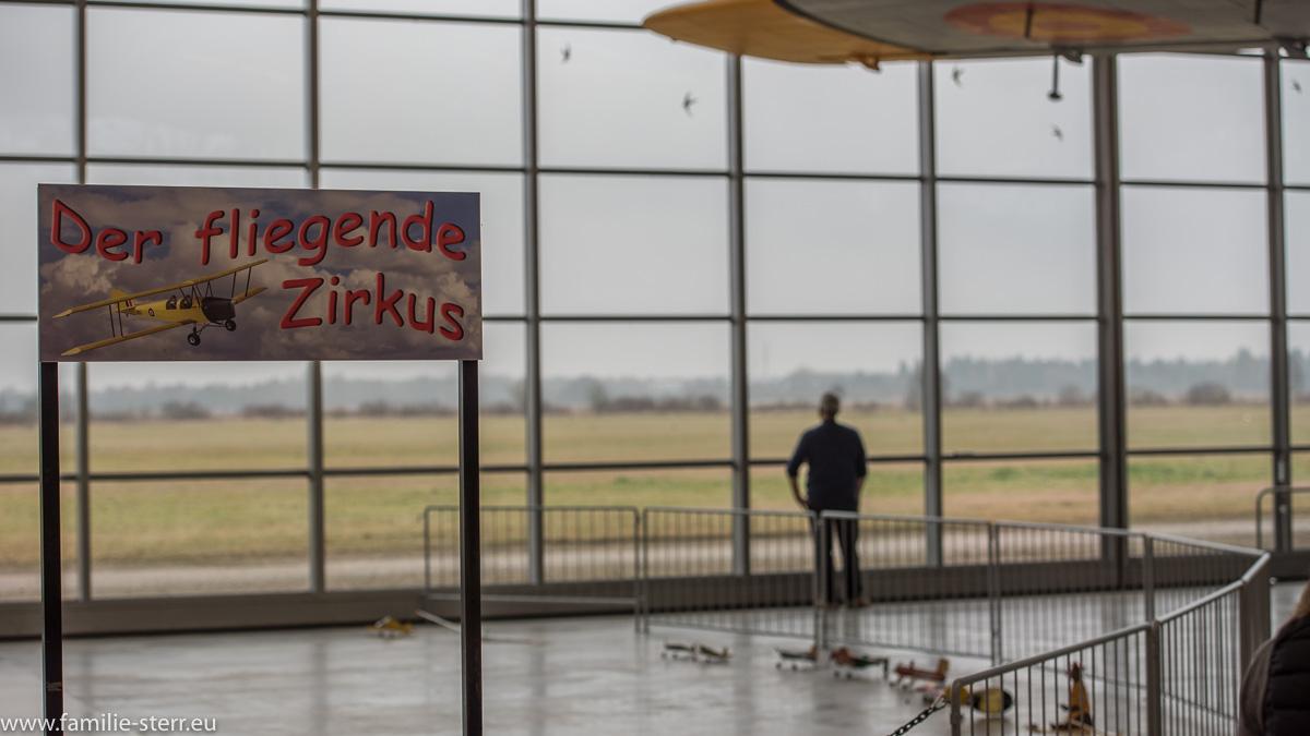 Blick über den fliegenden Zirkus hinaus aufs Vorfeld / Flugwerft Oberschleißheim