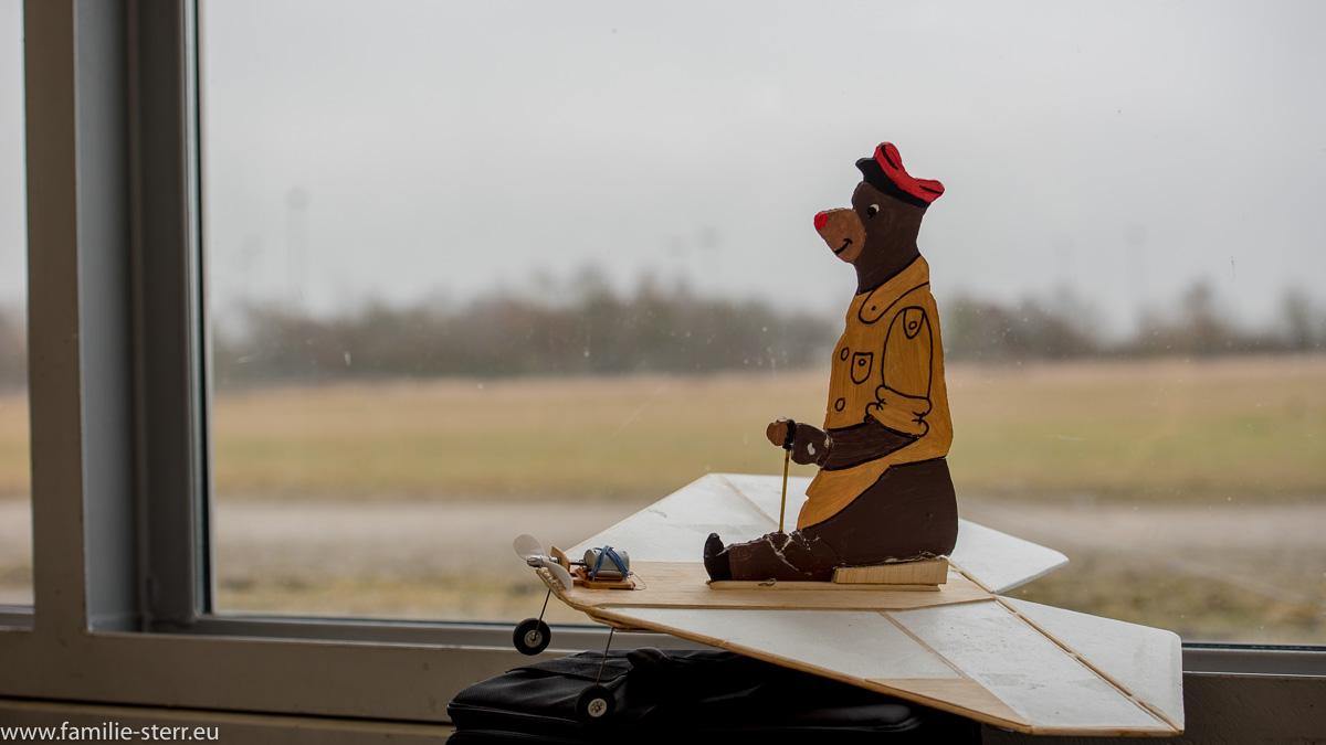 Flugzeugmodell mit Bär vor der Fensterfront / Flugwerft Oberschleißheim