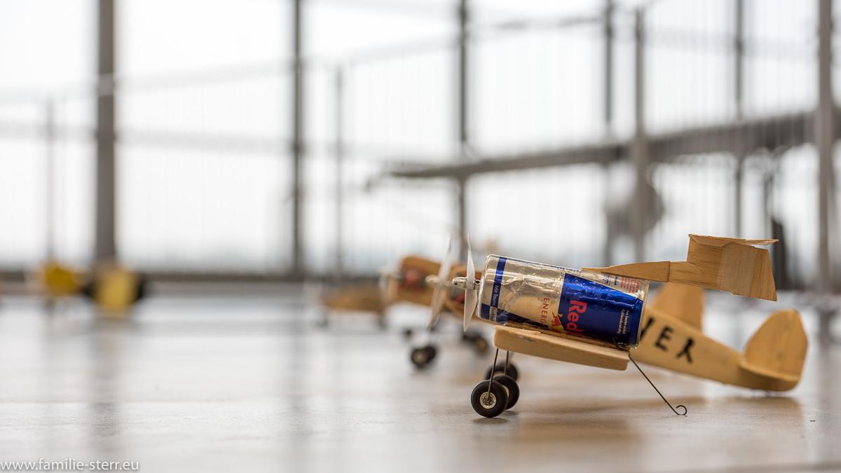 """Modellflugzeug mit """"Red-Bull-Dose"""" als Rumpf / fliegender Zirkus / Flugwerft Oberschleißheim"""