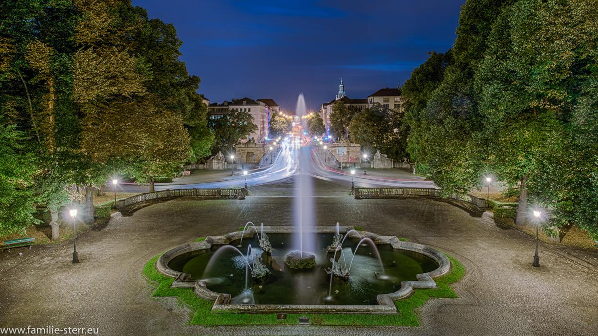 Blick über die nächtliche Prinzregentenstraße vom Friedensengel aus