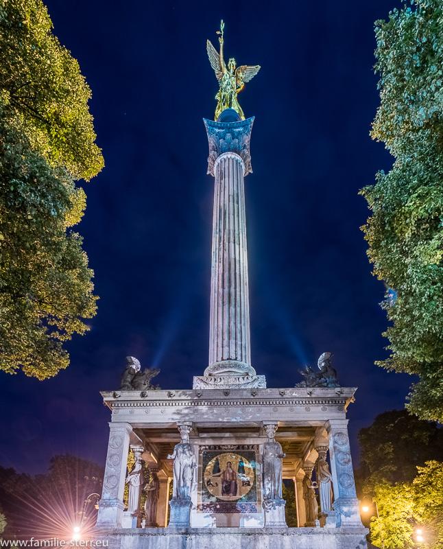 nächtliche Beleuchtung am Friedensengel in München