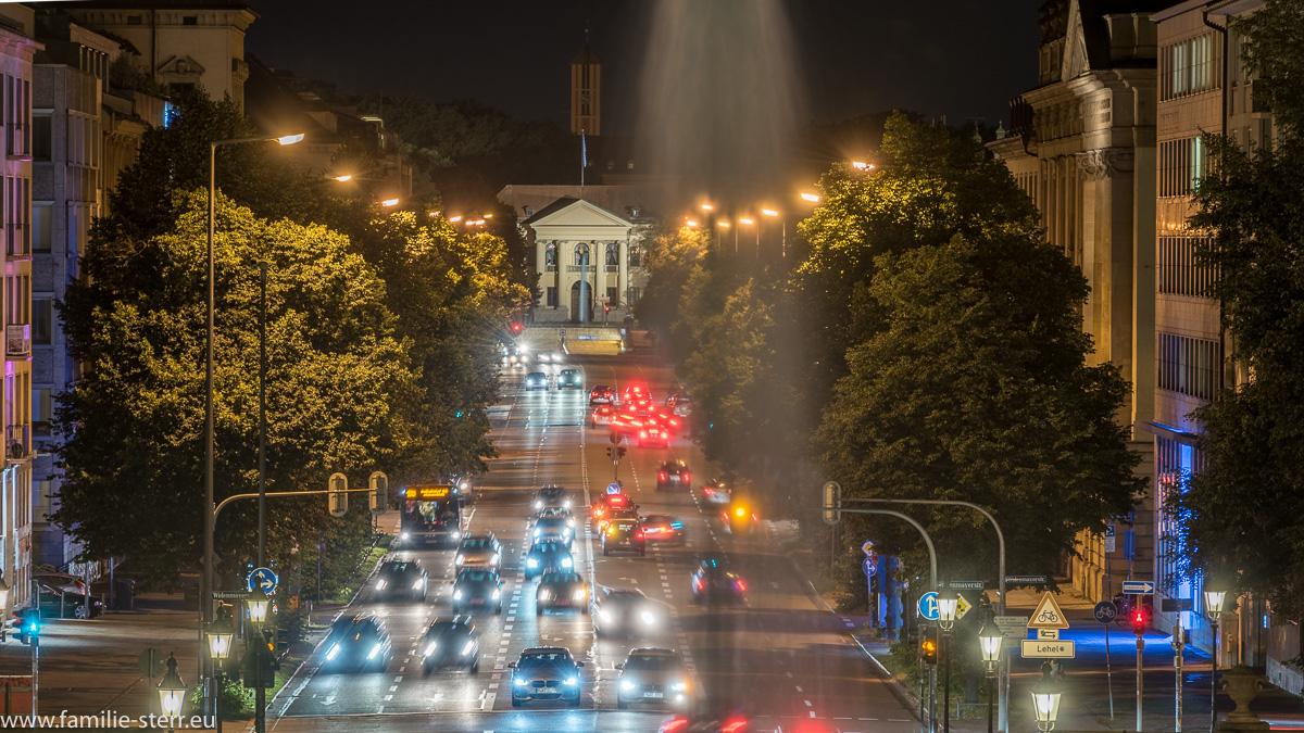 nächtliche Prinzregentenstraße und das Prinz-Carl-Palais vom Friedensengel aus