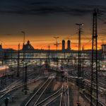 Sonnenaufgang über dem Münchner Hauptbahnhof, aufgenommen von der Hockerbrücke aus