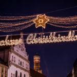 Leuchtschrift am Eingang zum Münchner Christkindlmarkt